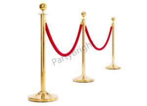 Золотые столбики с красным канатом